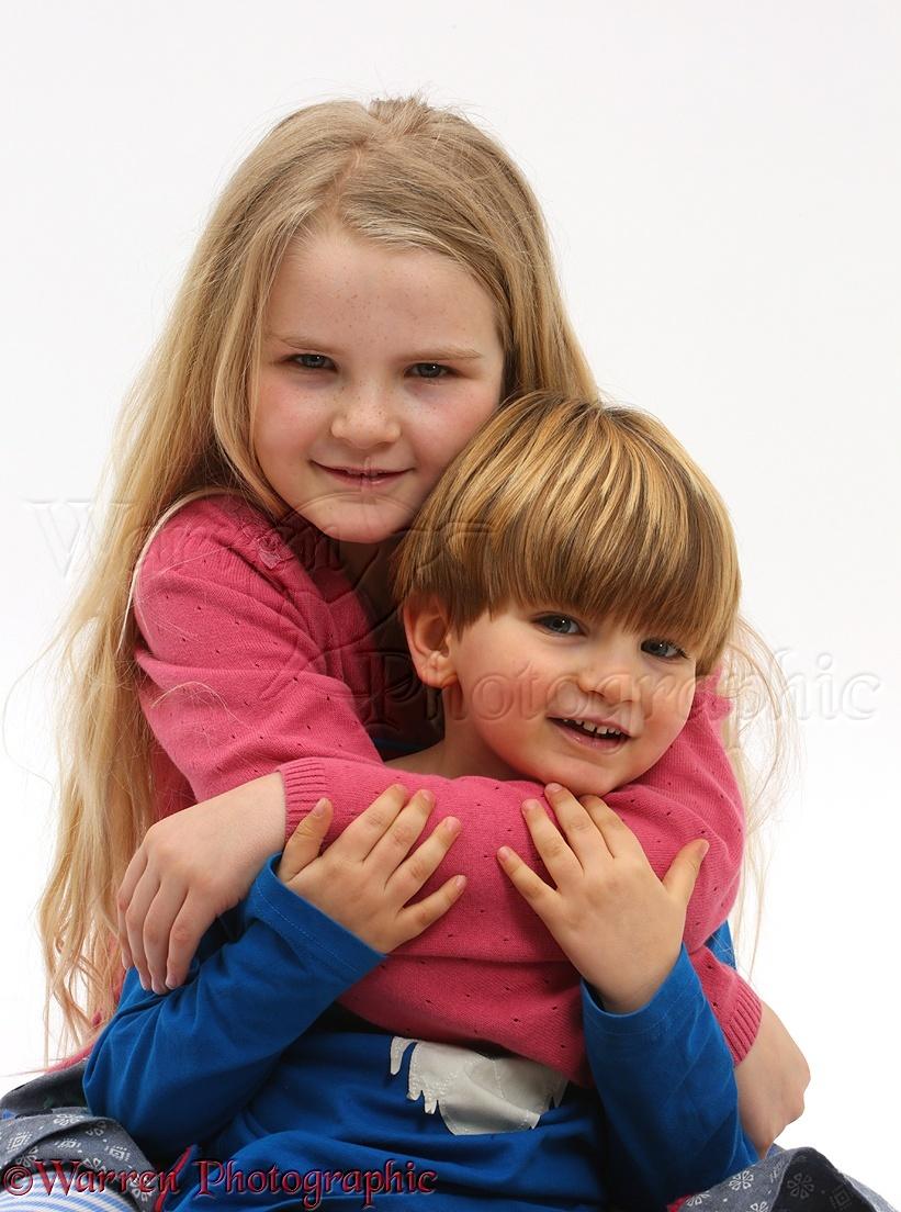 Boy And Girl Bedroom Decor: Girl And Boy Cuddling Photo WP41552